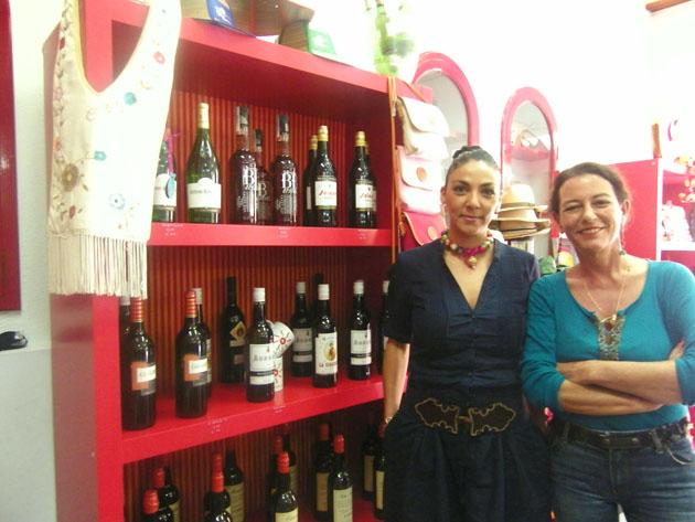Rocío Carmona y Bárbara Escañuela junto a una estantería de vinos de Sanlúcar en la nueva tienda Kebir. Foto: Cosas de Comé