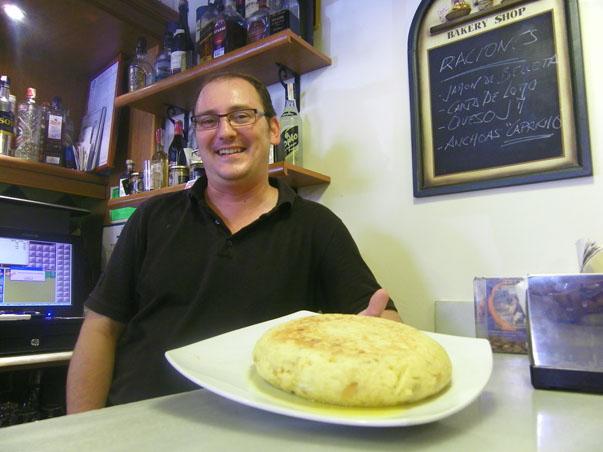 Miguel Angel Iglesias con una de sus famosas tortillas recién hechas. Foto: Cosas de Comé.