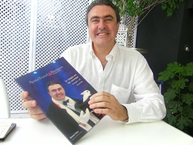 Manuel Cobos con la revista Spain Travel & Business de la que recientemente fue portada. Foto: Cosas de Comé