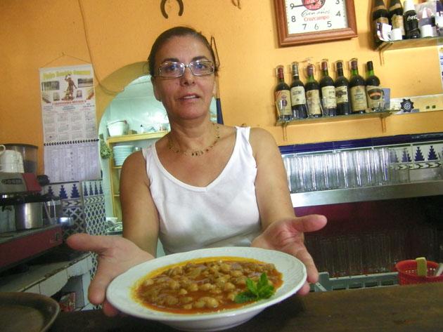 Mari Carmen Prieto consu magnífico menudo que se come en el establecimiento aunque sea agosto y haga 40 grados. Foto: Cosas de Comé.