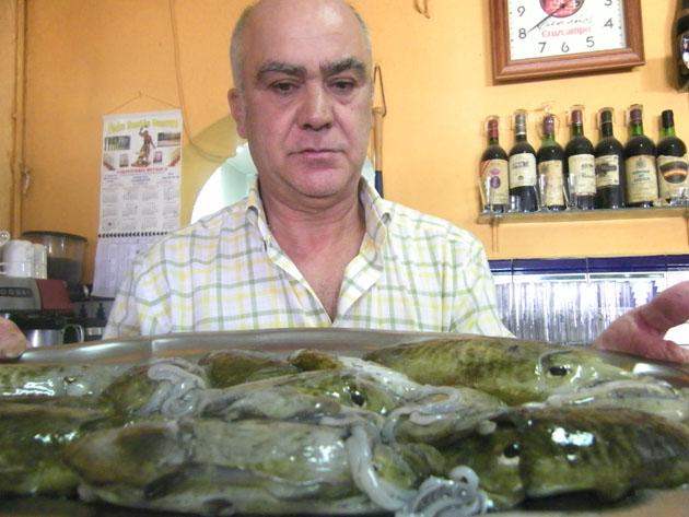 Miguel Muriel Rondán, el actual propietario de La Corchuela, muestra una estupenda fuente de chocos recien cogidos para servir en su establecmiento. Foto: Cosas de Comé.