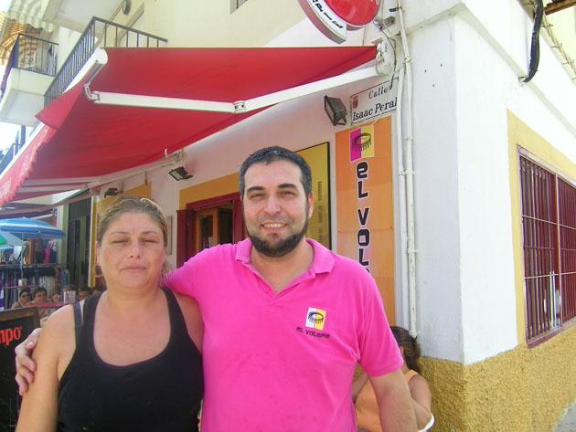 Paloma Morales y Dionisio Guerra a las puertas de su bar El Volapié en la calle Isaac Peral de Chipiona. Foto: Cosas de Comé
