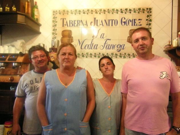Salvador Gómez, Cristobalina Alvarez, Pepi Gómez y José Torreño tras la barra de la bodeguita de Juanito Gómez. Foto: Cosas de Comé