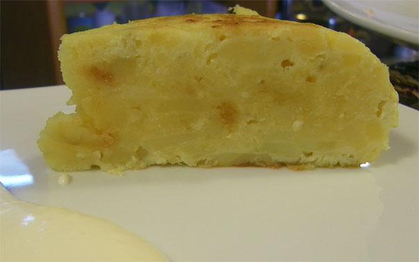 La tortilla de La Zurrapa se sirve con guarnición de mayonesa. Foto: Cosas de Comé