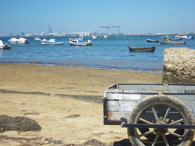 Un viejo carro sirve todavía para transportar pescado en el pequeño y desvencijado puerto de pescadores de la playa de la Casería. Junto a él están los dos bares. Foto: Cosas de Comé