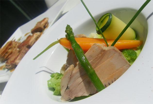 El atún en manteca de Iván Valero se presenta en finos filetes y acompañado de verduras. Foto: Cosas de Comé