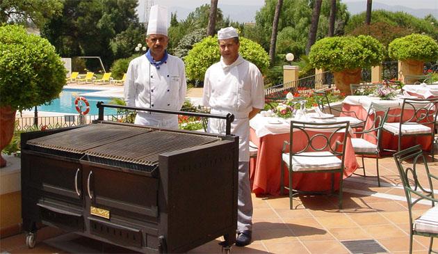 La barbacoa del restaurante El Acebuche preparada en la terraza del hotel Guadacorte Park de Los Barrios. Foto: Cedida por el hotel.