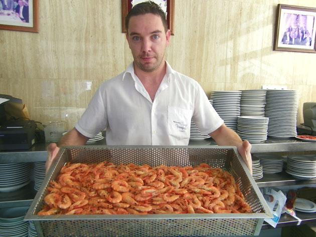 Langostinos de estero ya cocidos y listos para la venta en la cervecería de Manguita de la calle Huerta del Retortillo. Foto: Cosas de Comé.