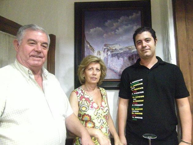 Antonio López y Rosario Gutiérrez, los fundadores del Mesón del Pengue, junto a su hijo el cocinero Marco Antonio López. Foto: Cosas de Comé