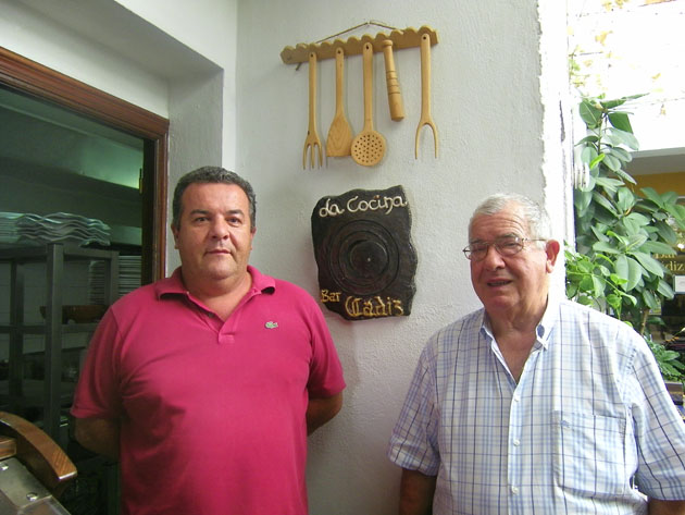 Antonio Valiente, gerente del Bar Cádiz junto a su padre y fundador del establecimiento Manolo Valiente. Foto: Cosas de Comé