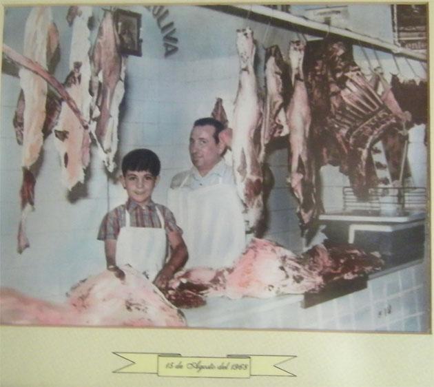 Paco Melero junto a su tio Antonio el día de la inauguración de la carnicería. Foto cedida por la carnicería Paco Melero