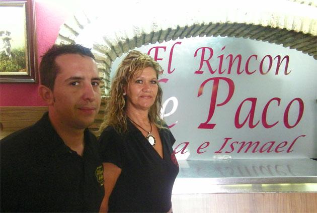 Ismale Carreño y Rosa Sánchez junto a la cocina de El Rincón de Paco. Foto: Cosas de Comé