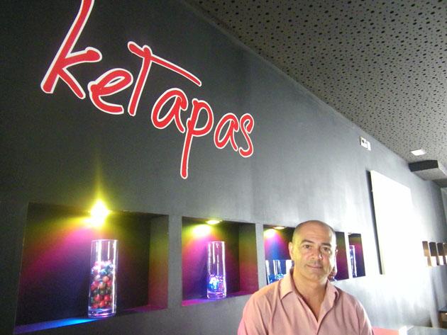 Jesús Cobos en la zona de tapeo del nuevo bar con el logotipo de Ketapas. Foto: Cosas de Comé