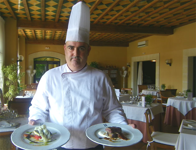 José Manuel de la Chica, jefe de cocina del los hoteles Hace en Rota muestra dos de los platos que ha elaborado junto a su equipo para estas jornadas. Foto: Cosas de Comé