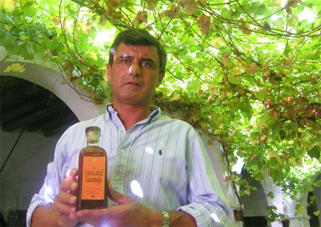 Juan Guerra Vélez, enólogo y gerente de las bodegas Miguel Guerra de Chiclana con su nuevo producto, el moscatel de naranja. Foto: Cosas de Comé