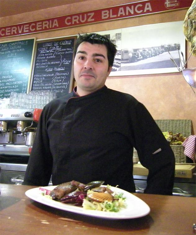 Julián Olivares en la barra de la Cervecería La Cruz Blanca que suele tener una carta especial de vinos de Jerez. Foto: Cosas de Comé