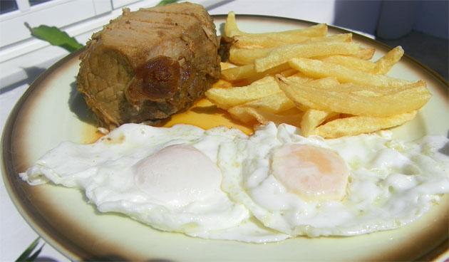 Taco de lomo en manteca acompañado con huevos y patatas fritas. Foto: Cosas de Comé