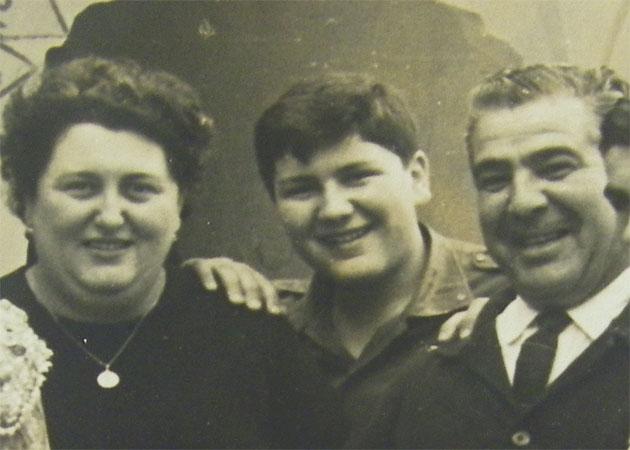 Luisa Duarte Guerrero, la creadora de la receta en una foto tomada en la década de los 60 junto a su hijo Paco, que luego ha gerenciado el establecimiento y su marido, del mismo nombre. Foto cedida por el restaurante La Barca de Vejer.
