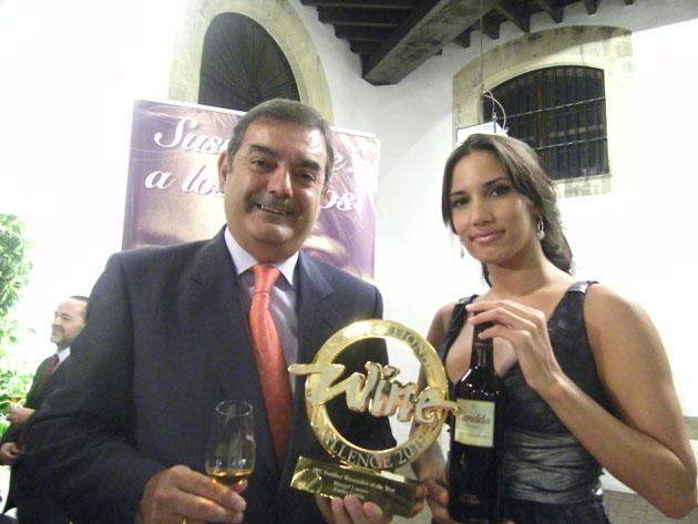 El enólogo Manuel Lozano, responsable del nuevo vino, con el premio que acaba de recibir. A su lado India Fernández, la imagen de Candela, con una botella del nuevo cream. Foto: Cosas de Comé