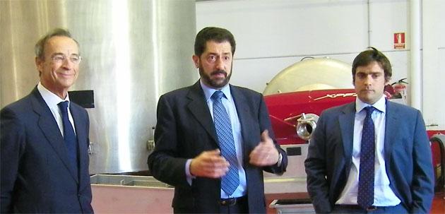 Miguel Domecq junto a los enólogos Javier Díaz y Joaquín Gómez Besser en la bodega Entrechuelos, el día de la presentación de sus vinos. Foto: Cosas de Comé.