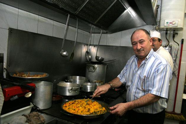 Olimpio Fabeiro en la minúscula cocina de La Rambla terminando de preparar una paella. Foto: Cedida por La Voz de Cádiz.