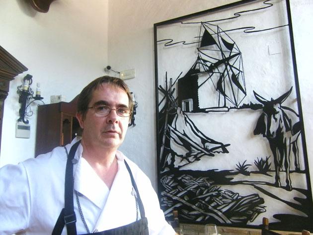 Rafael López, el jefe de cocina de la Venta Pinto de Vejer realiza actualmente el famoso lomo en manteca del establecimiento. Foto: Cosas de Comé.