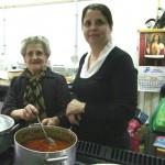 Teresa Montereo y Maria del Pino Montero con un guiso de almuerzo campero