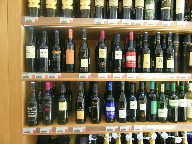 Expositor dedicado a los vinos de Jerez en la tienda de Las Vides. Foto: Cosas de Comé.
