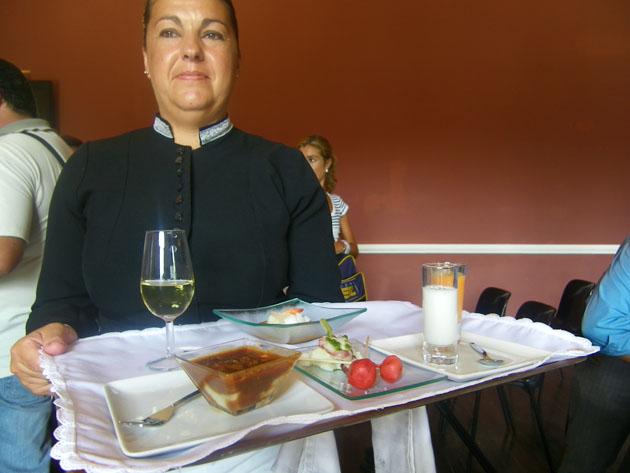 Una camarera de la empresa jerezana Alta Cazuela muestra algunas de las tapas que se servirán en las catas: Foto: Cosas de Comé.