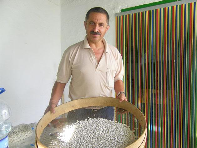 Paco Vázquez preparado para cernir unos frijones y quitarles las impurezas que puedan llevar. Foto: Cosas de Comé.