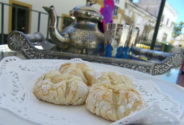 Pastas árabes de almendra con té moruno, el postre que propone Las Golondrinas en el centro de Puerto Real. Foto: Cosas de Comé