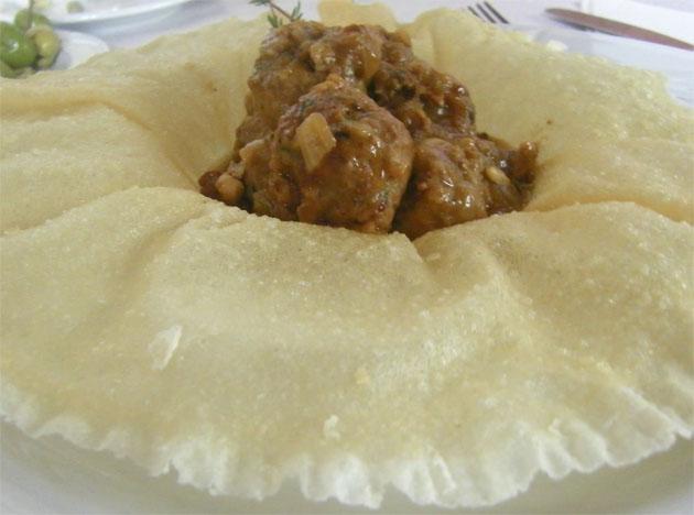 La albóndigas de retinto con chantarelas de la Venta La Duquesa. El plato sobre el que se sirven es comestible y está realizado con pasta de arroz. Foto: Cosas de Comé