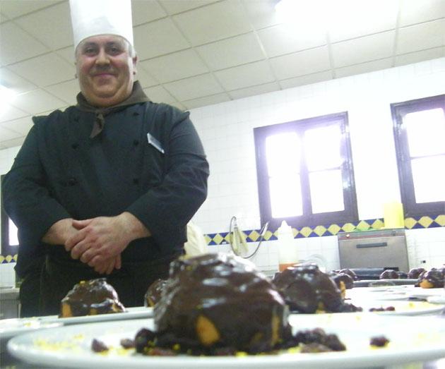 Antonio González Calvillo con su bombón de boniato, un postre que recuerda a las tartas de zanahoria y chocolate que comiamos en la niñez. Foto: Cosas de Comé.