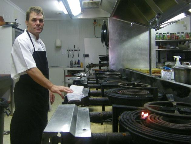 El cocinero Bernabé Ureba, el cocinero que elabora los arroces de Casa Francisco el de Siempre, delante de los 7 fuegos dedicados en el establecimiento a la elaboración de este plato. Foto: Cosas de Comé.