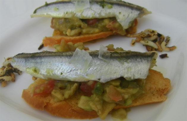 La tosta de guacamole con boquerones en vinagre, una de las tapas de Al Plato
