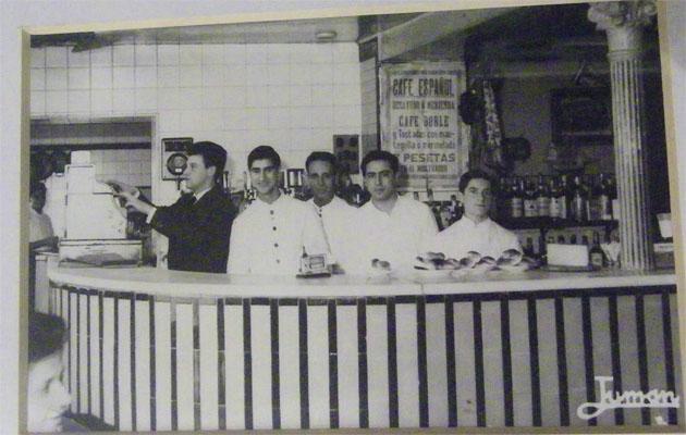 Imagen del antiguo Café Español tomada en la década de los 60. El café doble con tostadas de mantequilla o mermelada costaba 7 pesetas. Foto cedida por la familia Ordoñez y que está en la colección que se encuentra en el restaurante Café Español en el Paseo Marítimo de Cádiz.