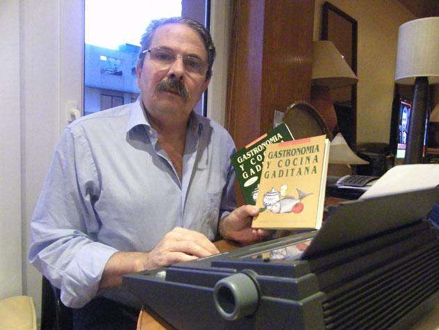 Carlos Spínola con la máquina de escribir donde confeccionó su libro. En la mano porta la primera y la última edición. Foto: Cosas de Comé.