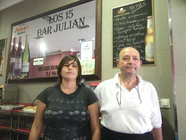 Julián García Gutiérrez, que ha vuelto a su bar de toda la vida a sus 58 años, junto a su hija Carmen que le ayuda en el negocio. Foto: Cosas de Comé.