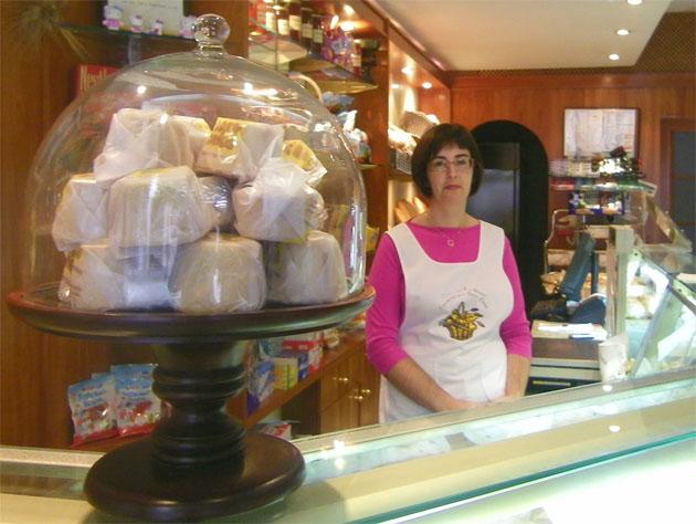 Carmen Garrón en el despacho de la pastelería Los Nueve Caños de la avenida de España. Foto: Cosas de Comé.