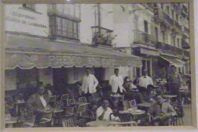 Vista de la fachada principal del antiguo Café Español. En el toldo puede observarse el lema de la casa, premio al mejor café. Foto cedida por la familia Ordoñez.
