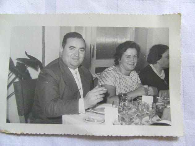 Fidel García, el fundador del Bar Terraza, junto a su esposa, María de los Angles Borbolla, la creadora de esta receta de menudo que ahora hace su hijo. La foto fue tomada en el propio restaurante en la década de los 60 del siglo XX. Foto cedida por el restaurante Bar Terraza.