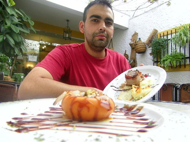 El jefe de cocina del Bar Cádiz, Javier Costilla Moguel, con dos de las tapas con las participará en Lo Mejor de la gastronomía. Foto: Cosas de Comé.