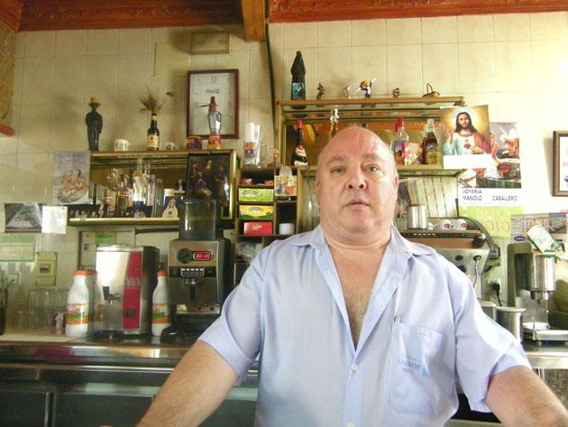 Juan Díaz Pino, el propietario, fundador e inventor de estas peculiares tortas de maza del bar El Amanoe. Foto: Cosas de Comé.