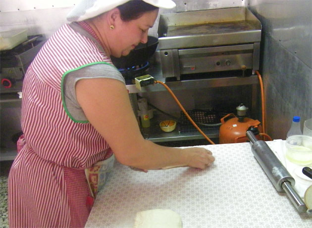 María Pérez estirando la masa de las tortas. Foto: Cosas de Comé.