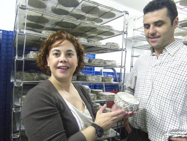 María José Santos y Diego Pérez en la cámara de maduración de sus quesos. Foto: Cosas de Comé.