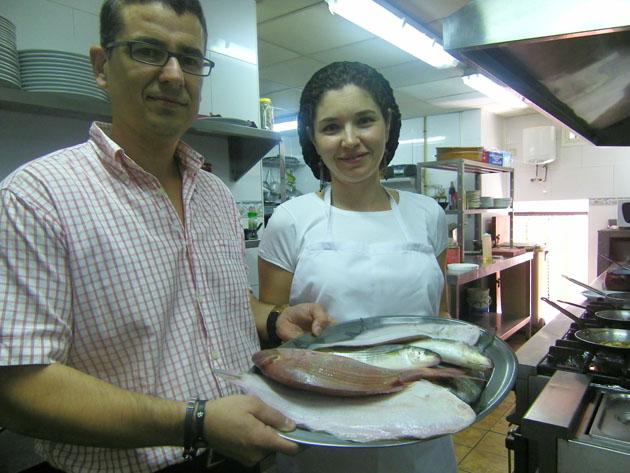 Miguel Asencio y Carolina Begoña Tomás Dávila con una bandeja de pescados de estero. Foto: Cosas de Comé