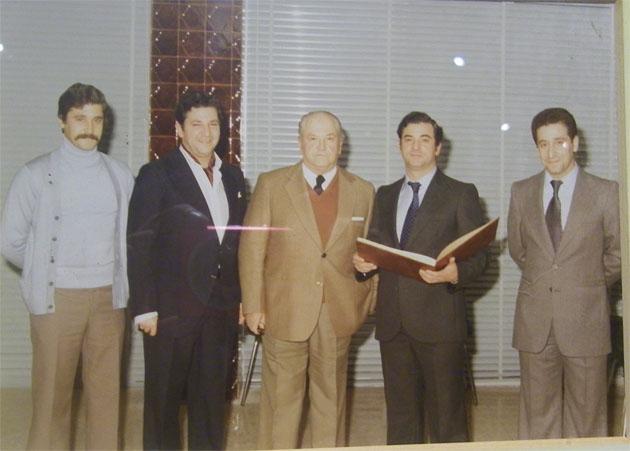 Pedro Ordoñez, en el centro de la foto con traje claro, junto a cuatro de sus hijos: Carlos, Pedro, Saturnino, gerente del negocio familiar cuando se jubiló y José María, el actual gerente. Foto cedida por la familia Ordoñez.