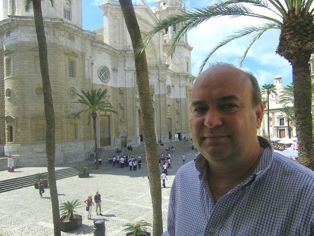 """Pelayo García el autor de este menudo con """"reposo"""" en uno de los comedores de su establecimiento, con vistas a la Catedral de Cádiz. Foto: Cosas de Comé."""
