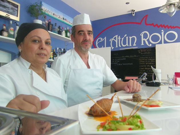 Pepa Fernández Sánchez y José García Piñero, los cocineros del bar restaurante El Atún Rojo de Barbate. Foto: Cosas de Comé