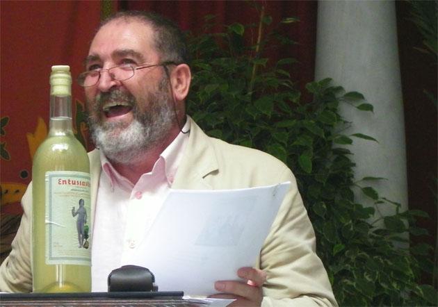 Pepe Cabral, durante un momento de la presentación de su mosto Entusiástico en el Ayuntamiento de Trebujena. Foto: Cosas de Comé.